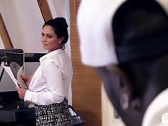 Bums Buero - allemand MILF suce une bite noire au bureau