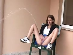 sexy coquin skinny teen outdoor power pisse 3