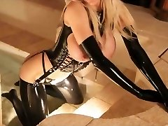 Blondinka v latex