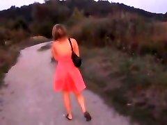 नाराज लड़की के साथ चल रहा है और गिरने पर उसे सफेद Panti