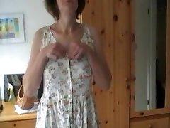 Häbelik Naine ribadeks ja mängib