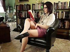 seksi knjižničarka masturbira ob branju erotike / kosmate muce igrajo navzgor