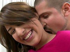 शर्म सुनहरे बालों वाली किशोर Esperanza Rojas है खुश करने के लिए उसके मुंह को भरने के साथ