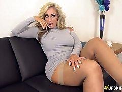 ब्रिटेन, सुनहरे बाल, Kellie इसे हमेशा के लिए तैयार है प्रदर्शित करने के लिए लूट का माल