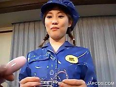 Azijske v policijsko uniformo vibing njeno muco