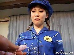 एशियाई पुलिस की वर्दी में उसे बिल्ली संभोग सुख के लिए