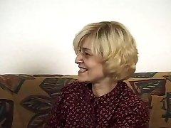 बालों वाली जर्मन परिपक्व युवा आदमी