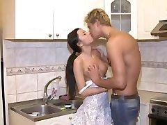 Tanned किशोरों की लड़की उसे पहले गुदा सेक्स रसोई घर की मेज पर