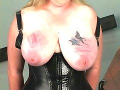 गरीब बंधक परपीड़न सेक्स गुलाम हो जाता है उसे भारी स्तन के साथ अत्याचार रस्सियों में तहखाने