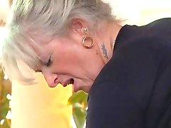 सुनहरे बालों वाली दादी कमबख्त