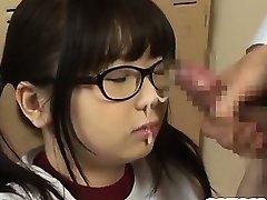 Japanski učenica s velikim sisama Irie Аими upija ustaje