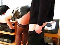 Sale secrétaire invite son patron pour une tasse de café et lui baise la