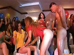 Yong kızlar sakso yapıyor