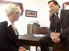 Plantureuse secrétaire baisée dans des bas et un porte-jarretelles