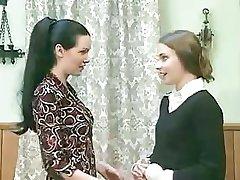Hea tumedajuukseline tüdruk hakkab käituma väga halvasti, kui ta tunneb sõber on märg twat