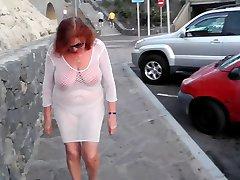 Lepa mature kurba sprehodi po mestu z gole Joške