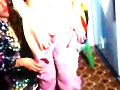 Djevojka mladost dobiva utjehu od svoje tetke - netko ima dobra Dick