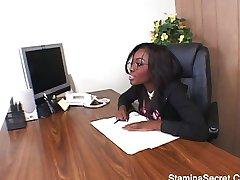 Azgın patron ofiste istiyor
