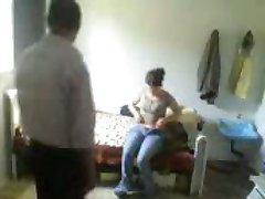 अरबी आदमी बिल्ली चाट