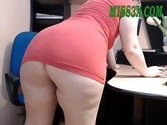 Elder mature mom show her beautiful phat booty