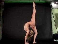灵活的金发女郎表示的裸体操