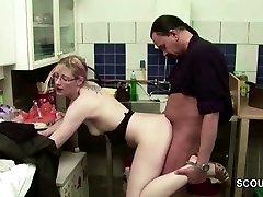 Schlankes Adolescente auf Arbeit vom Chef gefickt