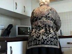 Γλυκιά γιαγιά δείχνει τριχωτό μουνί, μεγάλο κώλο και τα βυζιά της