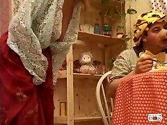 Manya - italiano madura fodida por três rapazes