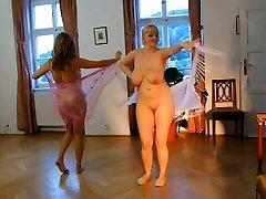 नग्न महिला. कामुक नृत्य है ।