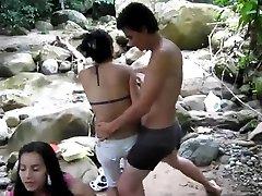 Rapaz piscando seu pau para meninas
