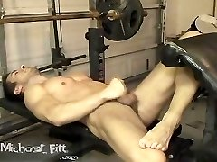 Michael Fitt cums nude in the gym
