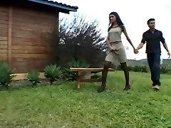 ברונה שמזדיינת עם גבר בחוץ