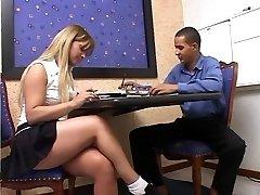 קוקסינלית המורה נותן לתלמיד שיעור פרטי