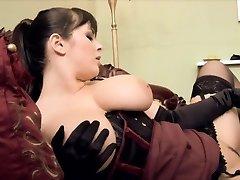 Sporco cameriera ottiene in ginocchio a leccare la sua padrona figa