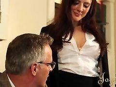 JOYBEAR סקסי מזכירה את סמנתה בנטלי מתוגמלים על ידי מנהל בית הספר