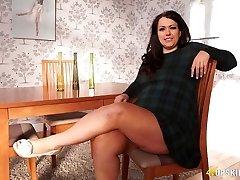 BBW הבוגר אנה לין מהבהב הכוס שלה מתחת לחצאית