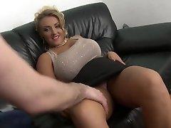 blondínka milf s veľké prírodné prsia a oholený piči kurva