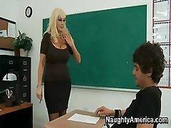 זה busty בלונדינית MILF של מורה צריך קצת קשה סקס