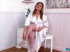 Redhead Sexy infermiera Sophie Star in posa seducente in bianco calze di nylon