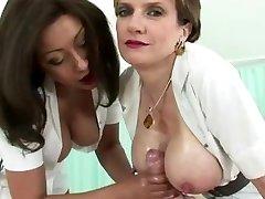 Procace maturo infermiera ottiene un cumshot