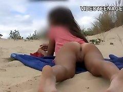 מקסים נוער עירום על החוף