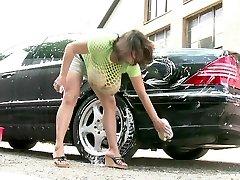 מילנה Velba לשטוף את המכונית