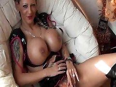 Tattooed njemačka djevojka s velikim sisama fucks