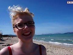 קייסי דלוקס מהבהב ציצים ליד חוף ציבורי