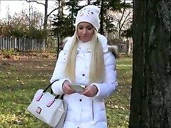 Ερασιτεχνικό Eurobabe Kiara αναβοσβήνει βυζιά της και πήδηξε στο δάσος