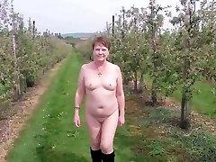 קטן Titted Milf סוזי עירום הפרדס הליכה