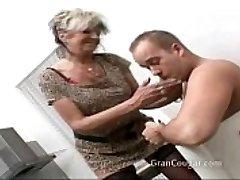 סקסית סבתא רוצה אותו עכשיו. לא תפסיק עד שהיא תקבל את זה