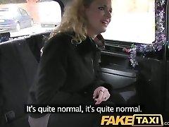 FakeTaxi שיער מתולתל בלונדיני לוקח את זה מאחור מונית