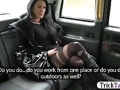 ציצים גדולים הנוסע דפוק בהצטיינות פנים על ידי חרמן הנהג