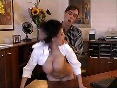 ביאטריס מפותחת המזכירה במשרד יחסי מין